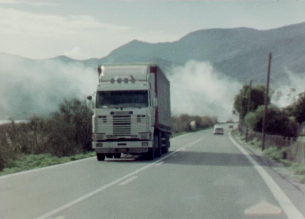 un camion roule sur une route