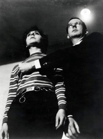 Esther Ferrer et Juan Hidalgo performant l'action El caballero de la mano en el pecho  (Le chevalier à la main sur la poitrine), Bilbao, 1967, archives Esther Ferrer
